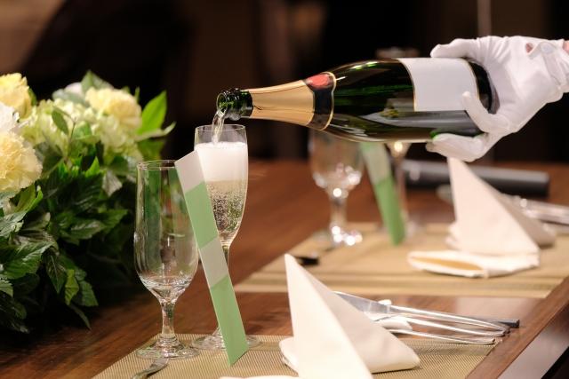 ホテル ブライダル バイト ワイン 注ぎ方